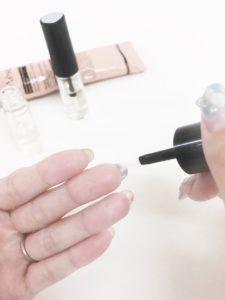 ネイルセラムを爪の裏側に塗る